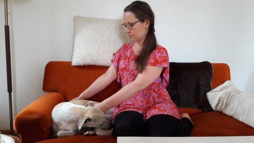 Energiahoitaja Terhi Hinkka hoitaa koiria, kissoja ja muita lemmikkieläimiä